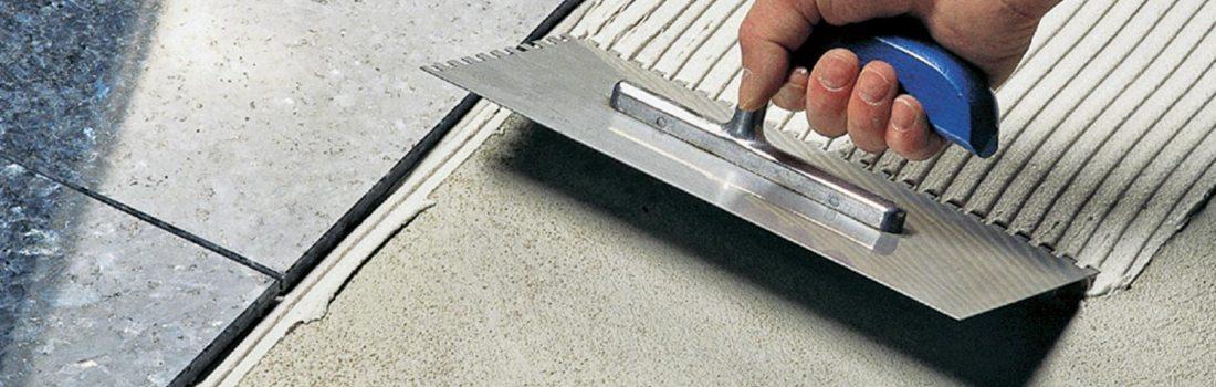 Hoe lijmen en cementlijmen uitspreiden op tegels ?