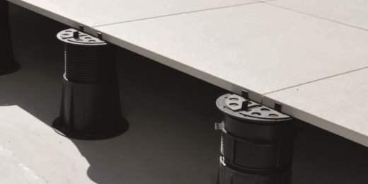 A partir de quelle épaisseur peut-on mettre un carrelage en grès cérame sur plots ?